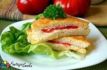 Tosty z mozzarella i pomidorami  Składniki: 4 kromki chleba tostowego, 1 jajk...
