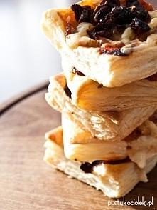 Francuskie snacki - idealne na imprezę  Składniki: -ciasto francuskie -keczup -oregano -szynka / wędzony kurczak /kabanosy (wedle uznania, dodatek mięsny można też zupełnie pomi...