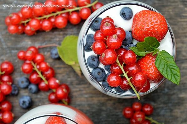 Śniadanie lekkie, prawie jak deser. Truskawki, borówki i więcej w połączeniu z lekkim serkiem i jogurtem. Mało kalorii i cukru, maksimum smaku.