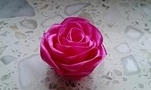 Róża zrobiona ze wstążki ;)