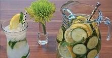 Składniki: - 8 szklanek wody (1,5 l) - 1 łyżka tartego imbiru - 1 ogórek (w plastrach) - cytryna (organiczna, także w plastrach) - 12 liści mięty Przygotowanie: To proste: wszys...
