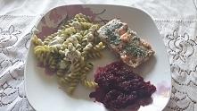 makaron szpinakowy, losos pieczony w folii i buraczki