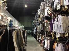 jeden z dwóch ogromnych magazynów gdzie przechowywane są ubrania używane w Su...