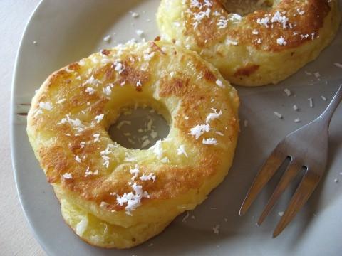Ananas w cieście !   Mnniaam :) Przepyszny ananas opieczony w cieście z dodatkiem białka. Tak właśnie wyglądała moja dzisiejsza po treningowa kolacja *_*  Przepis: ananas z puszki Przepis na ciasto;  - 1 jajko - 30 g białka WPC 80 - 110 mąki ze zmielonych otrębów  - 40 g wiórek kokosowych - 1/2 łyżeczki proszku do pieczenia  wszystko miksujemy , obtaczamy plastry ananasa w cieście i smażymy na rozgrzanej patelni , posmarowanej olejem kokosowym.  Smacznego !