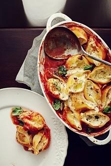 Muszle makaronowe zapiekane z mozzarellą w sosie pomidorowym