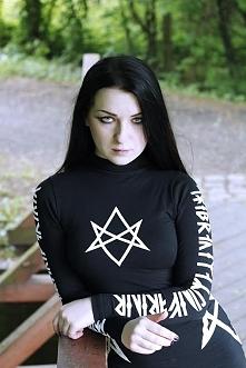 Modelka Silver Wolfie, odzież Long Clothing