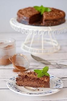 Obłędnie smaczne ciasto czekoladowe nazywane magicznym ciastem.