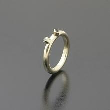 Nietypowy pierścionek  z żółtego złota z białym i czarnym brylantem  Inne Obr...