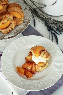 Lawendowe sconsy z brzoskwinią i karmelizowanymi jabłkami. To proste i szybkie w przygotowaniu bułeczki, idealne na śniadanie. Robi je się dość łatwo, bez użycia miksera. Wystar...