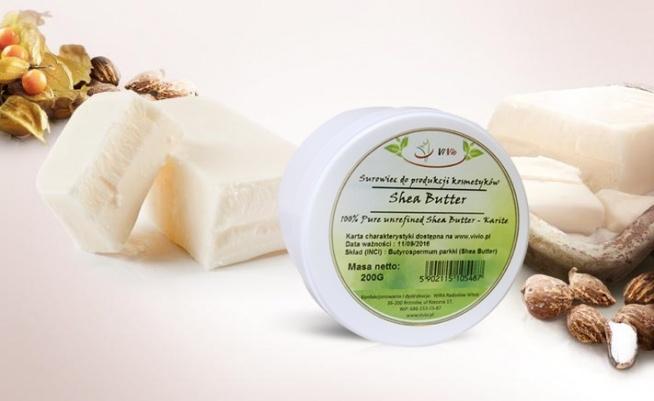 Masło Shea (Shea Butter), zawiera olbrzymie ilości nienasyconych kwasów tłuszczowych (więcej niż masło kakaowe). Stosuje się bezpośrednio na skórę twarzy, ciała oraz na włosy. To źródło wielu witamin. Stosowałaś? Napisz opinię w komentarzach :)
