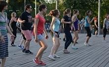 ZUMBA  Wśród rodzajów aktywności fizycznej związanych z ćwiczeniami fitness istną furorę od kilku lat nieprzerwanie robi zumba, a to za sprawą swojego żywiołowego charakteru, w ...