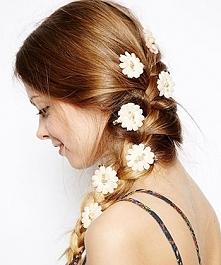 Kwiaty we włosach? Czemu nie :).   Sprawdźcie też ozdoby do włosów na EdiBazzar!