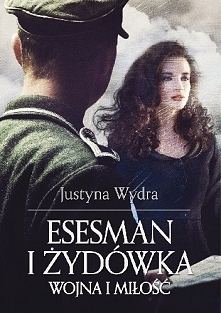 Kwiecień 1943 roku. Debora Singer wyskakuje z wagonu transportującego krakowskich Żydów. Podczas próby ucieczki boleśnie skręca w kostce nogę i nie jest w stanie uciekać. Przeko...