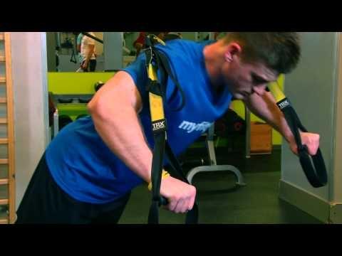Pompki na TRX - ćwiczenia siłowe  GŁÓWNE MIĘŚNIE: Dolna partia klatki piersiowej, Środek klatki piersiowej, Góra klatki piersiowej  WYKONANIE ĆWICZENIA: Stajemy tyłem do miejsca zaczepienia trx, opieramy ciężar ciała na ramionach przy prostych łokciach, trzymając za uchwyty.  Nie uginając nóg, pochylamy się do przodu zginając łokcie do momentu gdy ręce znajdą się na wysokości barków.  Prostujemy łokcie, wracając powoli do pozycji wyjściowej.  UWAGI TRENERA: Trudność ćwiczenia ustalamy sobie sami poprzez zmianę kąta nachylenia naszego ciała. Im bliżej uchwytu taśmy stawiamy nogi tym większy ciężar będziemy podnosić. Pamiętaj aby twoje ciało było cały czas w linii prostej to pozwoli maksymalnie wykorzystać to ćwiczenie do wzmacniania klatki piersiowej.  Szukasz zajęć TRX w swojej okolicy? Skorzystaj z wyszukiwarki zajęć sportowych na FitPlanner !