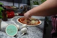 Po nałożeniu sosu przychodzi czas na dodanie pierwszych składników do naszej pizzy :)