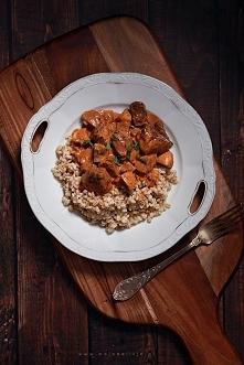 Gulasz Strogonow z dzika z pieczarkami, podany z kaszą pęczak. Pyszne danie i proste w przygotowaniu. Polecam na niedzielny obiad!