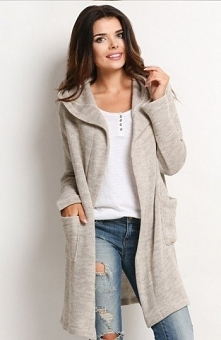 Awama A123 sweter beżowy Przepiekny długi sweter, wykonany z ciepłej dzianiny, długi rękaw