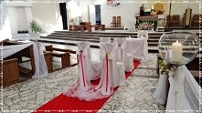 Dekoracja kościoła: biel fuksja, dekoracja krzeseł i klęcznika. Więcej pomysł...