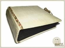 Album na wspomnienia, 22x23x8cm,94kartki i mnóstwo kieszonek. W 100% ręcznie robiony, kartki szyte i klejone, okładka obita materiałem tapicerskim z miękkim podbiciem.