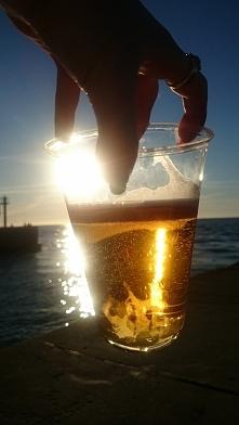 Mój zachód słońca, utopiony w złotym piwie :) fotografia z kategorii fotograf...