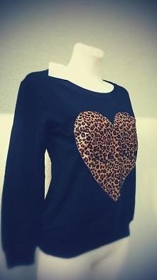 Rozmiar: 38M Proponuję śliczną i słodką bluzę z sercem. Bluza jest fabrycznie...