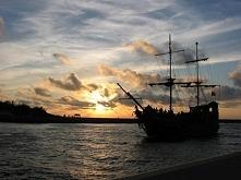 Moje ulubione od lat zdjęcie z nad morza :) Ustka, statek Dragon. Fotografia z kategorii podróże, krajobraz.