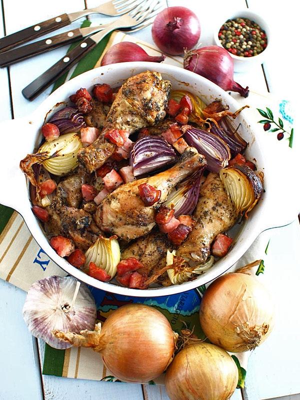 Kurczak pieczony po wiejsku - z cebulą, czosnkiem i wędzonym boczkiem