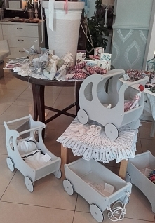 Drewniane ekologiczne wózeczki dla lalek od OLOKAGRUPPE...   Wymiary: dł.49 x wys.49 x szer.29 cm  Zapraszamy!