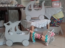 Drewniane ekologiczne wózeczki dla lalek od OLOKAGRUPPE..   Wymiary: dł.49 x wys.49 x szer.29 cm  ZAPRASZAMY!