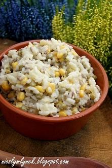 Składniki: 2 ugotowane woreczki ryżu 1 puszka groszku 1 puszka kukurydzy 1 puszka ananasa  200 g słonecznika łuskanego 6 ząbków czosnku sól, pieprz i majonez do smaku   Przygoto...