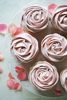 Bezowe ciasteczka w kształcie róży przekładane bitą śmietaną i frużeliną trus...