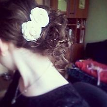 Moja propozycja na łatwą i elegancką fryzurę.  Pokręcone włosy zepnij wsuwkami. Wepnij sztuczne kwiatki i gotowe! Efekt jak na zdjęciu... skromnie, elegancko i kobieco. Gorąco p...