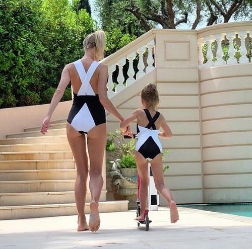 Kostiumy to swoje przeciwieństwa. Jak myślicie czy mama i córka na tym zdjęciu są przeciwieństwami ? :)