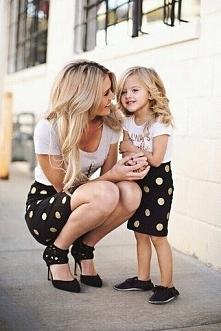 dwie blondynki w spódniczkach w kropki :)