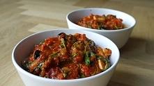 Makaron z sosem pomidorowym, rukolą i fetą