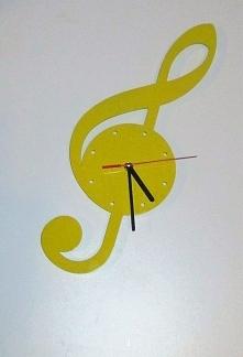 żółciutki zegar w kształcie...