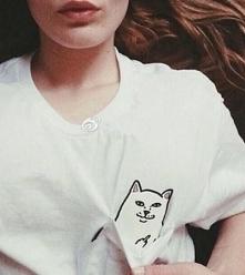 T-shirt z kotem w kieszonce