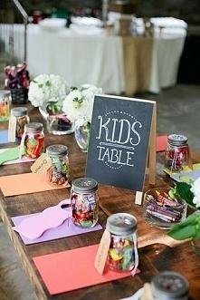 Sposób na nudę dla dzieciaków na weselu, dorzucić do tego kilka gier i dzieci też coś mają z wesela a i rodzice mogą odsapnąć od pilnowania  ;)