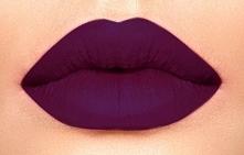 Piękna śliwkowo-burgundowa szminka, idealna na jesienne dni