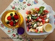 Propozycja lunchboxu do pracy: sałatka z kabanosem. Więcej pomysłów na posiłki do pracy na blogu Kolorowy świat Magdy