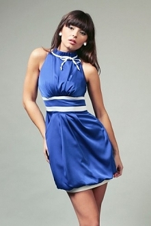 Niebieska sukienka z odkrytymi ramionami i lamówką