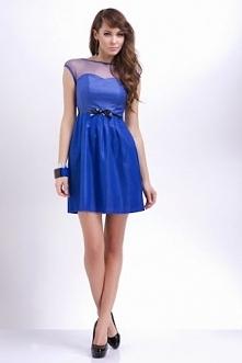Wieczorowa niebieska sukienka podkreślająca talię