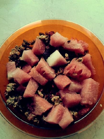 Zdrowa przekąska : arbuz + musli z suszonymi owocami