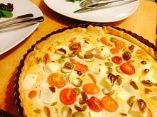 Tarta z fetą, pomidorami koktajlowymi i oliwkami