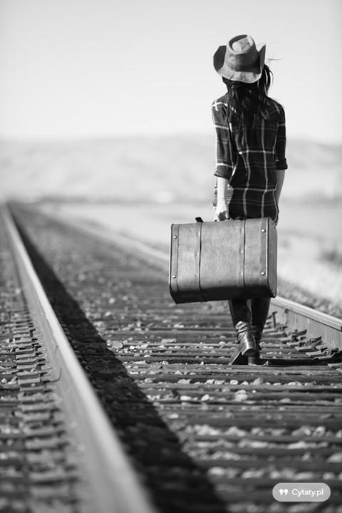 """""""Czasami musisz zniknąć. Odwrócić się na pięcie i zobaczyć świat bez niektórych osób. Jeśli ktoś Cię nie docenia, nie stój obok, nie uśmiechaj się jak w taniej produkcji i nie połykaj tłumionych łez, po prostu odejdź. Daj temu komuś szansę na zobaczenie życia bez Ciebie, bez Twojego uśmiechu, humorków i ciągłych rozmów. Nabierz szacunku dla samej siebie, nie pojaw się w tym samym miejscu co zawsze. Daj komuś szanse zatęsknić i pomyśleć, że lepiej umrzeć niż istnieć samotnie."""""""