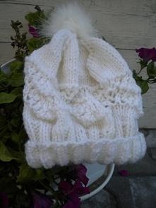 Zapraszam do zakupu.Bardzo elegancka czapka na zimę.Została zrobiona na drutach bezszwowo.Bardzo ładnie wygląda i fantastycznie się układa.Czapka wykonana została z bardzo dobrej jakości włóczki i jest ciepła.Obwód czapki to 60 cm.
