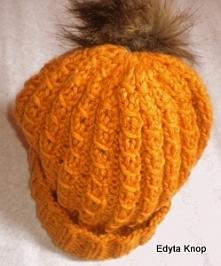 Zapraszam do zakupu eleganckiej damskiej czapki.Rozmiar czapki to 58cm,w kolorze miodowym.Jest wykonana z dobrej jakości włóczki co stanowi że jest bardzo ciepła.Elegancka czapka dla każdej Pani.Pięknie się układa i została wykończona modnym pomponem.Uwaga!Prać tylko ręcznie w letniej wodzie.Polecam gorąco