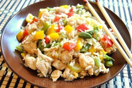 NAjszybsze ryżotto z kurczakiem: - 1 opakowanie mrożonych warzyw na patelnię - 1 podwójna pierś z kurczaka - 200 g ryżu Ryż ugotować. Pierś z kurczaka pokroić w kostkę, doprawić delikatem do mięs i podsmażyć na delikatnym oleju/oliwie na patelni. Dodać warzywa na patelnię i smażyć,aż zmiękną ( ja je wczesniej wrzucilam na 30 sekund na wrzącą wodę). Gdy warzywa zmiękną , dodać na patelnię ugotowany ryż i chwilę podsmażyć. Doprawić solą , pieprzem, ja dodałam trochę curry do smaku. SMACZNEGO ;-)
