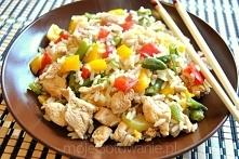 NAjszybsze ryżotto z kurczakiem: - 1 opakowanie mrożonych warzyw na patelnię - 1 podwójna pierś z kurczaka - 200 g ryżu  Ryż ugotować. Pierś z kurczaka pokroić w kostkę, doprawi...
