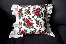 Piękna delikatna poduszka w kwiecisty wzór.